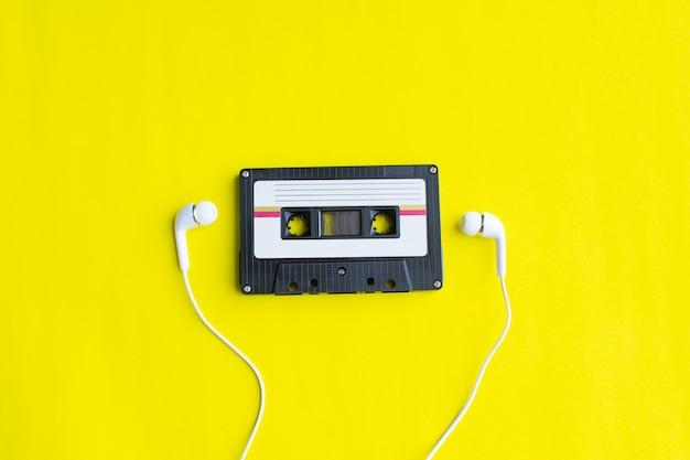 Retro kaseta z taśmą na żółtym tle. miękka ostrość.