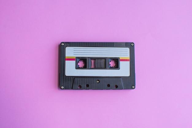 Retro kasety z taśmą na fioletowo