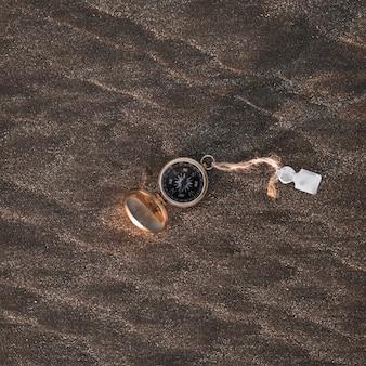 Retro kompas na skalistej powierzchni