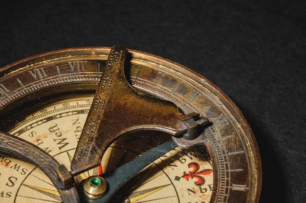 Retro kompas na tle czarnej tablicy. ścieśniać.