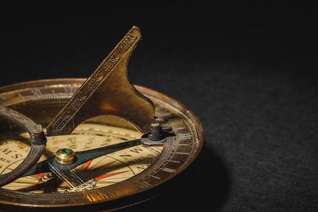 Retro Kompas Na Tle Czarnej Tablicy. Premium Zdjęcia