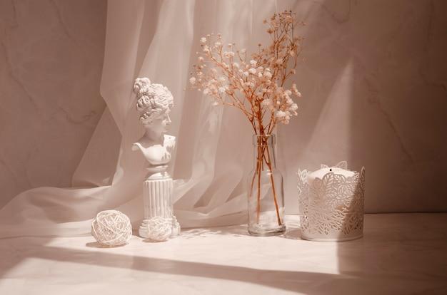 Retro kompozycja wnętrza ze światłem słonecznym i cieniami w minimalistycznym stylu