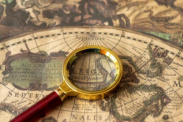 Retro lupa z stary zbliżenie mapy
