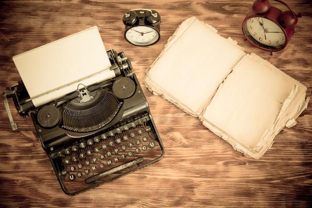Retro maszyna do pisania z papieru puste na tle drewna. widok z góry