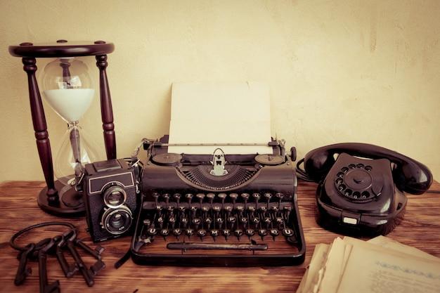 Retro maszyna do pisania z pustym papierem na stół z drewna. widok z góry