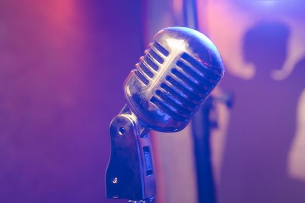 Retro mikrofon na scenie w pubie lub restauracji w amerykańskim barze podczas nocnego show