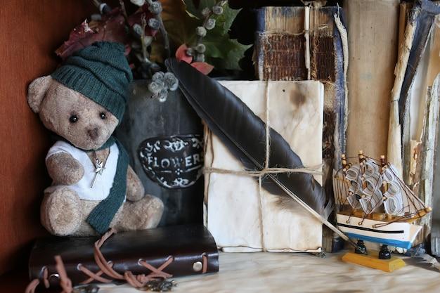 Retro miś zabawka i stare książki z literą z piór