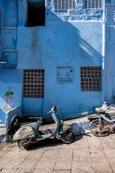 Retro motocykl w błękitnym mieście, jodhpur india