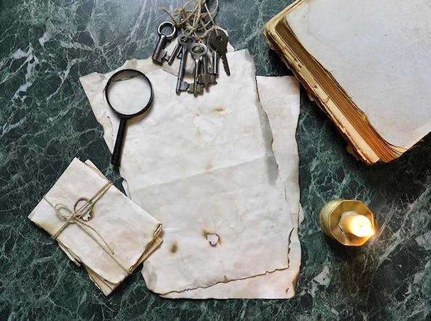 Retro papiery i książka na stole roboczym detektywa z tłem narzędzi