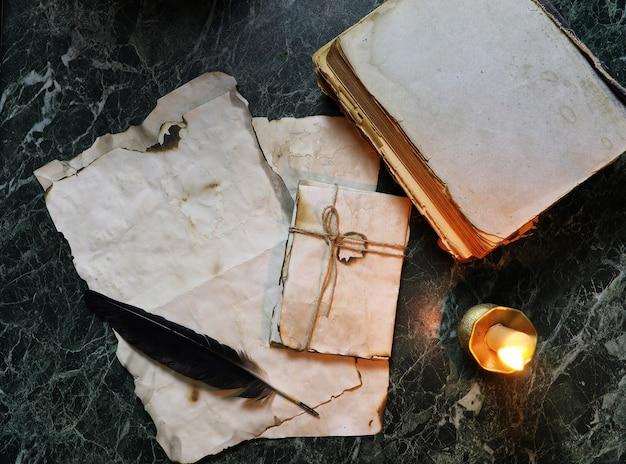 Retro papiery i książka na stole z tłem narzędzi detektywistycznych