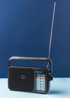 Retro radio na niebieskim stole