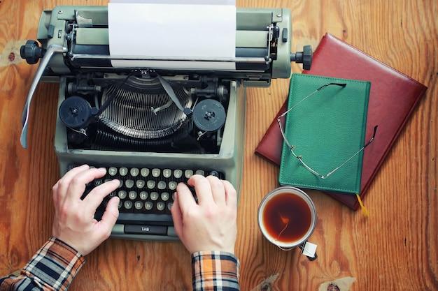Retro ręka do pisania na drewnianym stole