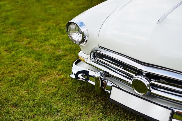 Retro samochód zaparkowany na trawie