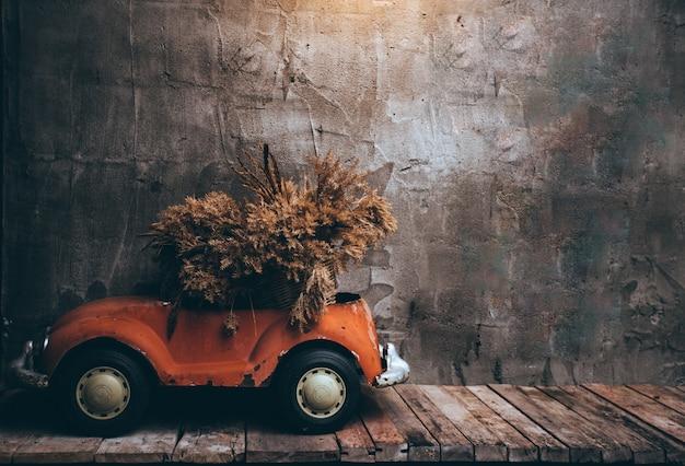 Retro samochody na drewnianym stole