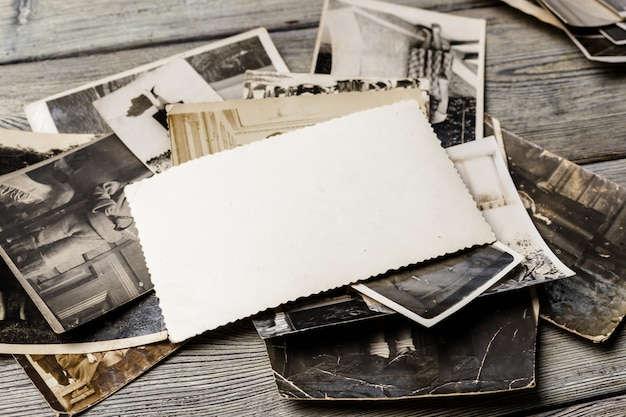 Retro stare zdjęcia na drewnianym stole