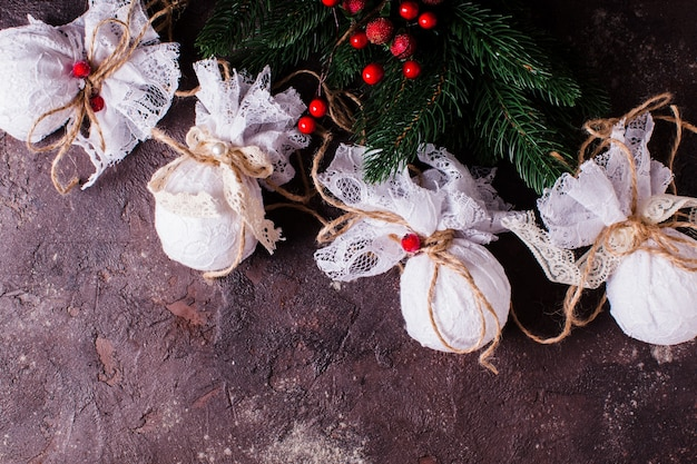 Retro tekstylne bombki świąteczne z białą koronką i liną
