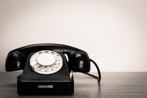 Retro telefon na stole