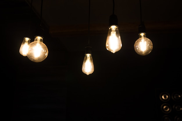 Retro zbliżenie żarówki w ciemnym pokoju