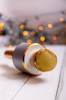 Retro złoty klasyczny mikrofon na stole. rocznika starego stylu fotografia z bokeh