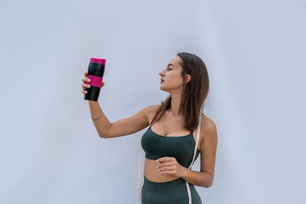 Retty młoda kobieta w sportwear trzymać kawę. zdrowy styl życia