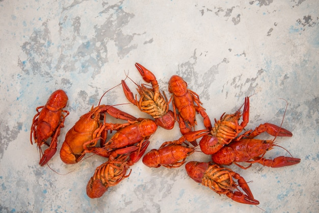 Rewolucjonistka gotował się crawfishes na stole w wieśniaku projektują, zbliżenie. zbliżenie homara.