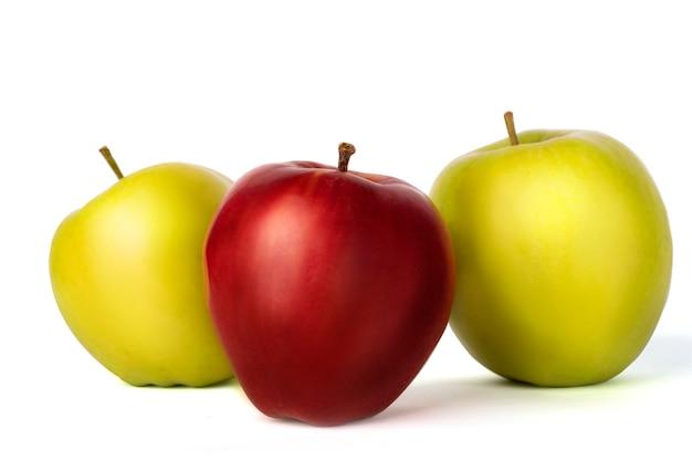 Rewolucjonistki i zieleni świezi jabłka na białym tle