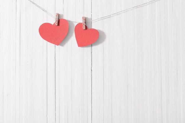 Rewolucjonistki papierowy serce na drewnianej ścianie