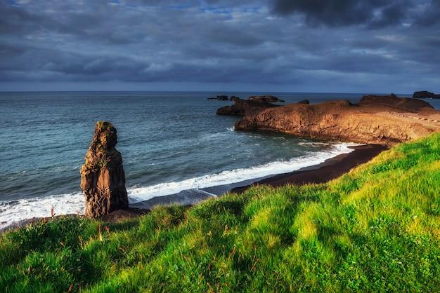 Reynisfjara czarny piasek plaża w islandii. góry reynisfyal