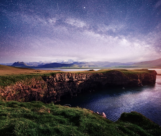 Reynisfjara czarny piasek plaża w islandii