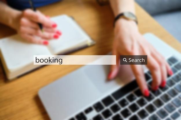 Rezerwacja koncepcji w pasku wyszukiwania na tle bizneswoman z laptopem.