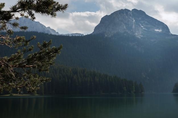Rezerwat narodowy durmitor w czarnogórze. widok na jezioro. 12.07.2021