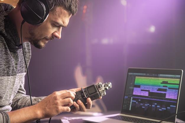 Reżyser dźwięku trzyma kartę dźwiękową. koncepcja nagrywania dźwięku w studiu muzycznym.