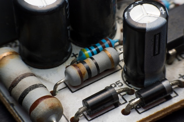 Rezystor, kondensator i dioda na płytce z bliska. sprzęt elektroniczny