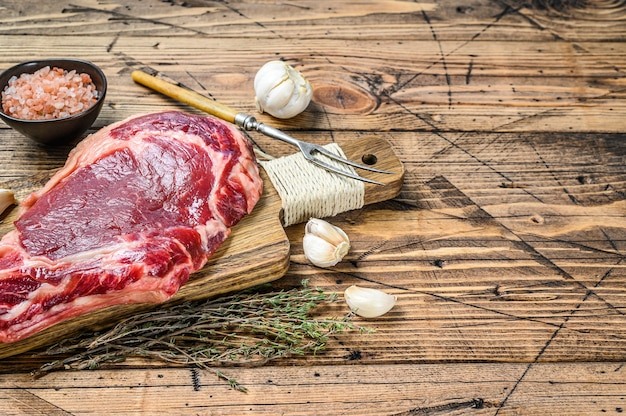 Rib eye lub stek kowbojski surowy marmur wołowy czarny angus, ribeye