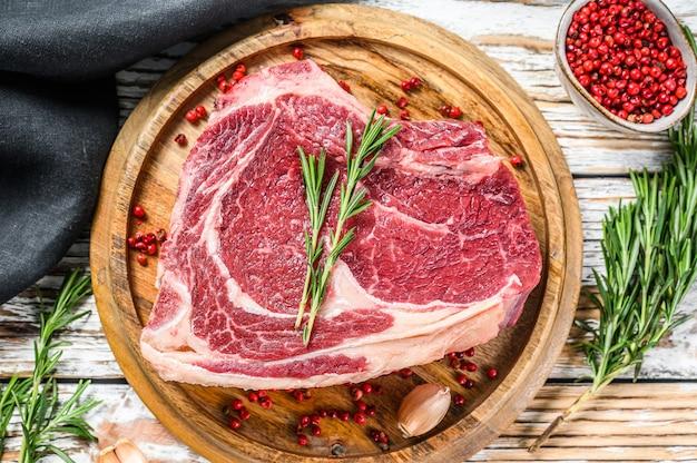 Rib-eye na kości lub stek kowbojski