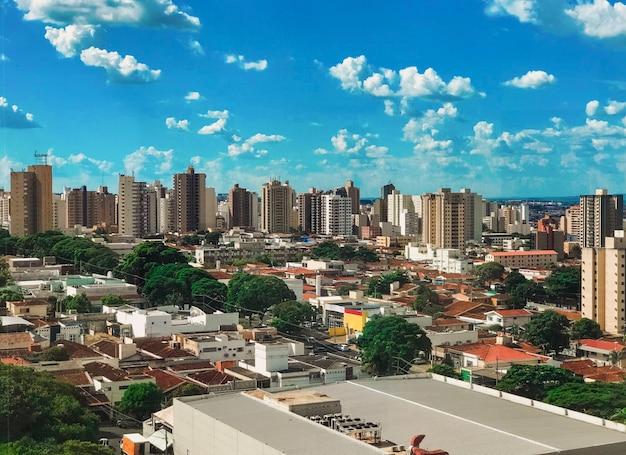 Ribeirao preto miasto linia horyzontu przy zmierzchem, sao paulo, brazylia