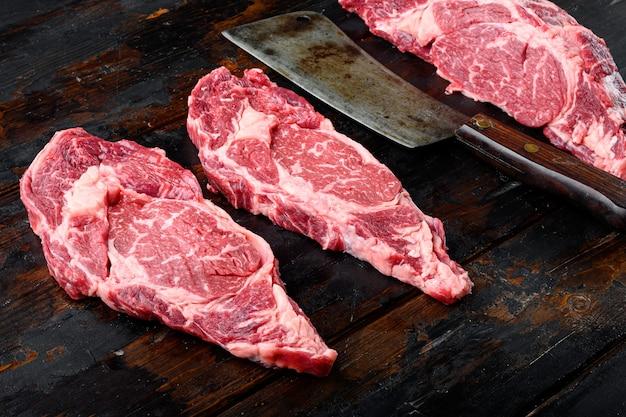 Ribeye surowego świeżego marmurkowego mięsa stek. czarny zestaw angus rib eye