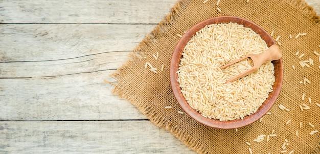 Rice w teralke na stole. selektywna ostrość.