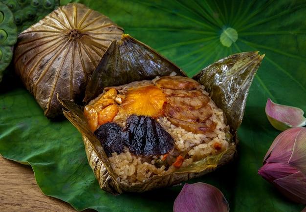 Rice zawijający w lotosowym liściu, tajlandzki jedzenie.