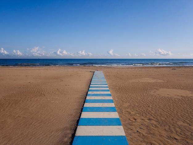 Rimini i plaża z widokiem na morze. plaża w turystycznym nadmorskim rimini bez nikogo lub małych osób