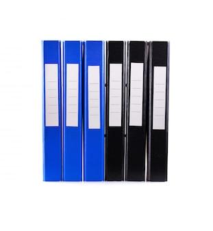 Ring binder, foldery office na białej ścianie.