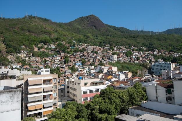 Rio, brazylia - 24 września 2021: obszar miejski ze slumsami, proste budynki zwykle budowane na zboczach miasta