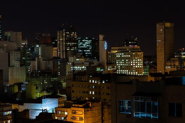 Rio de janeiro budynków w centrum miasta w nocy
