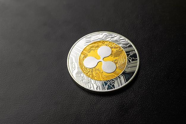 Ripple zbliżenie monety na czarnym tle, koncepcja biznesu i finansów kryptowaluty, skopiuj zdjęcie miejsca