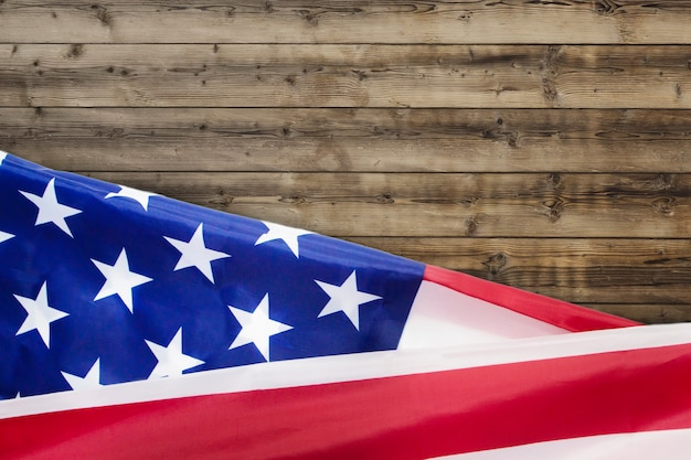 Rippled flagę usa na czwarty lipca na drewnie