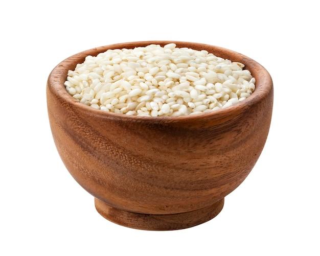 Risotto ryż w drewnianym pucharze odizolowywającym na bielu