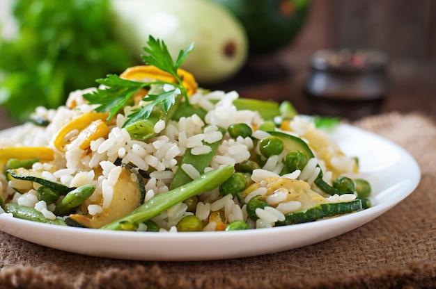 Risotto z fasolą szparagową, cukinią i zielonym groszkiem