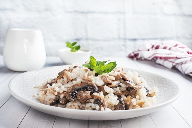 Risotto z grzybami na białym talerzu