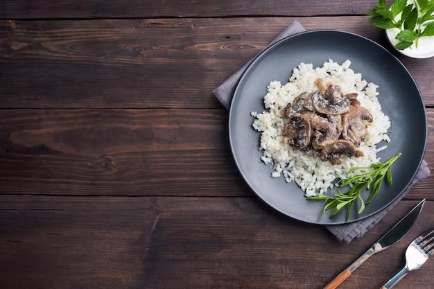 Risotto z grzybami na czarnym talerzu