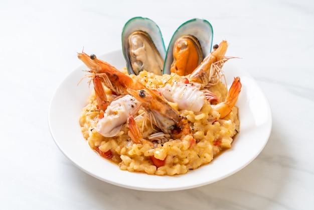 Risotto z owocami morza (krewetki, małże, ośmiornice, małże) i pomidorami